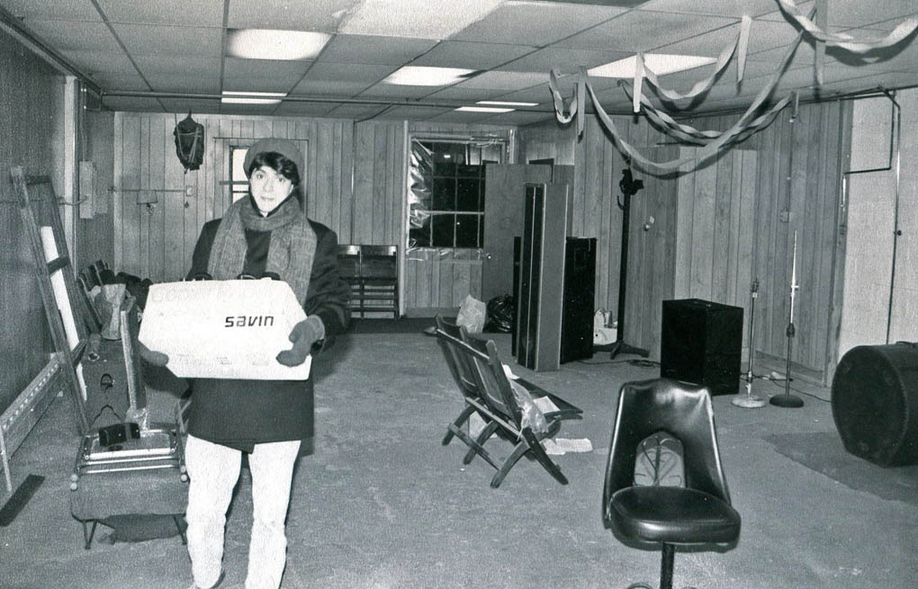 Gretchen Schaefer lugs a box out of the Body Shop during the 1986 retreat. Hubley Archives.
